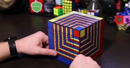 Fotograma de Kenneth Brandon con el cubo de 17x17x17. Tomada de http://www.kennethbrandon.com/