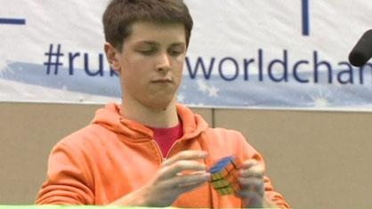 Feliks Zemdegs resuelve el cubo con una sola mano en 6.88 segundos