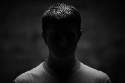 junger mann im dunklen
