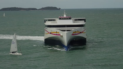 Le HSC Condor Liberation faisant demi-tour devant le port de Saint-Malo en vue de son amarrage.