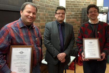 Irving Scheunemann (l.) und Christopher Süling (r.) erhielten aus der Hand des 1. Vorsitzenden Christian Somnitz die Ehrennadel für 25jährige Vereinszugehörigkeit.