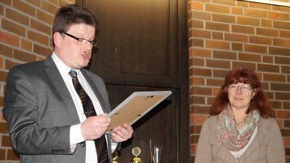 Christian Somnitz verliest die Urkunde für Andrea Reinicke