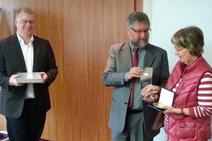Achim Braungart Zink (l.), Geschäftsführer der Minigolf-Marketing GmbH, und DMV-Präsident Dr. Gerhard Zimmermann zeichnen Birgit Stiebeling aus.