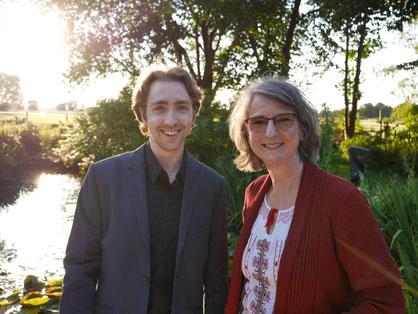 Komponist Maximilian J. Zemke und Autorin Aurelia L. Porter im Galeriegarten Cavissamba Leni Rieke