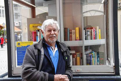 Siegfried Schaller aus Tuningen ist einmal im Monat in Villingen auf der Suche nach neuen Bücher-Schätzen. | Bild: Sebastian Küster
