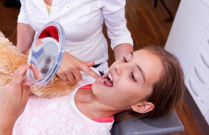 Unsere Prophylaxeprogramm hilf Kinderzähne gesund zu erhalten © sergio.castelli  -  Depositphotos