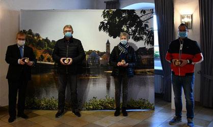 Übergabe der Honigspende durch die Vorsitzenden des Imkervereins an den 1. Bürgermeister Thomas Gesche in Burglengenfeld