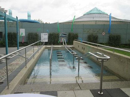 Das Kneipp-Wassertret-Becken mit Kindertretspur auf der linken Seite