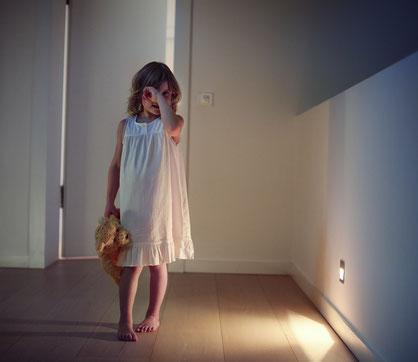 Automatisiertes Licht an Stufen und Durchgängen macht den nächtlichen Weg zu den Eltern einfach sicherer. (Foto: Hager Vertriebsgesellschaft)