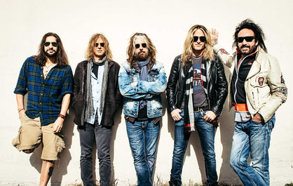 Photo von links nach rechts:  Brian Tichy (drums), David Lowy (guitars), John Corabi (vocals), Doug Aldrich (guitars), Marco Mendoza (bass)  Photo credit: The Dead Daisies