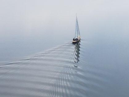 Achtsamkeit: Ein Segelboot gleitet über den See