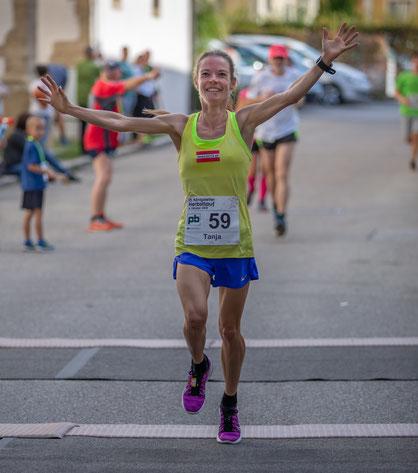 Tanja beim Zieleinlauf als Gesamtsiegerin des Königstettner Herbstlaufes