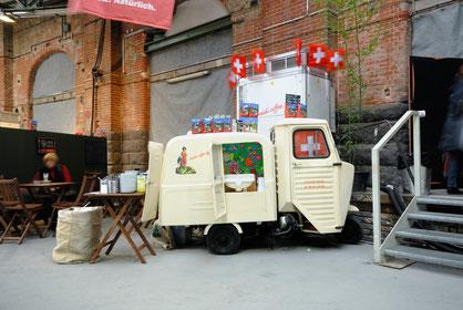 Oldtimer-Espressobar für Kaffeespezialitäten. Citroën mit Holzvergaser.