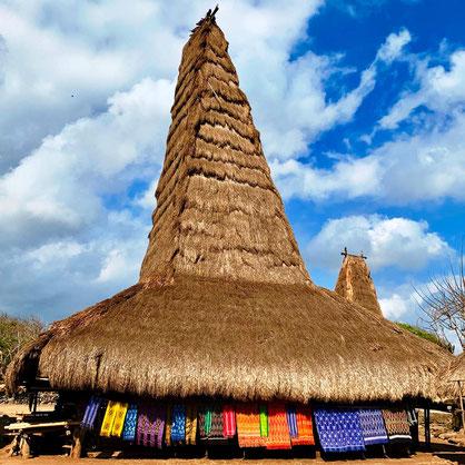 Oorspronkelijk met stro bedekt huis op Sumba in Indonesie