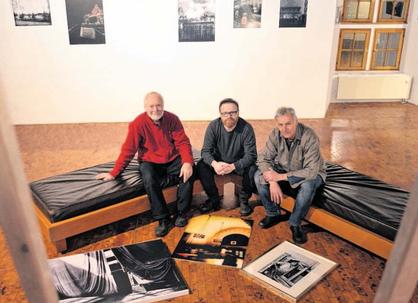 Friedhelm Grosse (v. l.), Robert Schäfer und Jens Schultze zeigen bei der Ausstellung fotografische Kunstwerke, die mit dem Betrachter kommunizieren. Foto: DM
