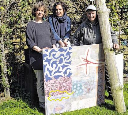 Birgit Engelen, Käthe Loup und Christel Wermuth (v. r.) sowie Mark Prouse, Angela Mainz und Irmelis Hochstetter zeigen ihre Kunstwerke an zwei Wochenenden am Hammerberg. Foto: Dirk Müller