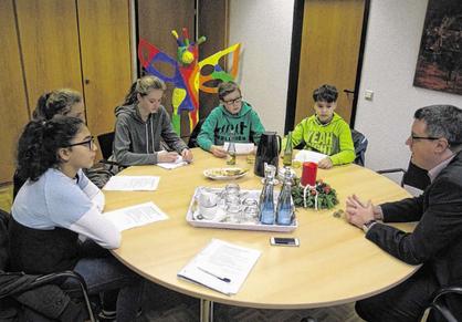 Stolbergs Bürgermeister Dr. Tim Grüttemeier stellte sich den Fragen einiger Schüler. Foto: Stadt Stolberg