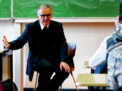 Weihbischof Johannes Bündgens hat die 8c des Stolberger Ritzefeld-Gymnasiums besucht. Foto: Benjamin Zilkens