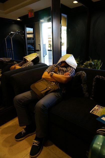 ロビーで爆睡する田村社長。ごめんなさい。つい撮ってしまいました。