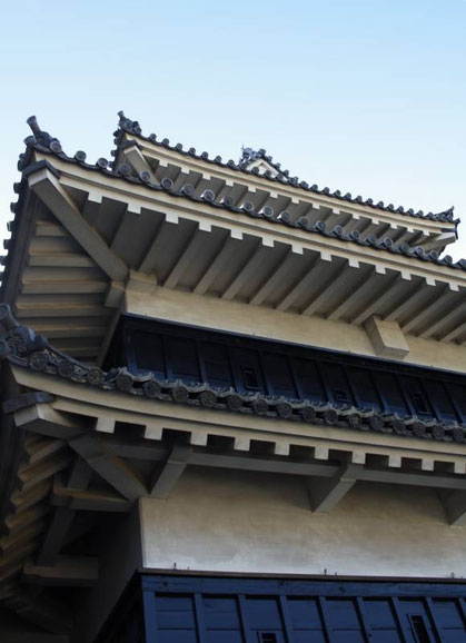 """Les """"ishi-otoshi"""" sous les avancés du toit du petit donjon"""