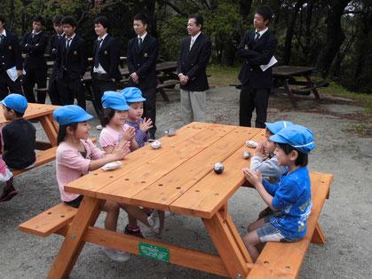 利用者第一号のあすなろ東保育園の園児(約20名)に焼き芋を振る舞いました。「いっただーきまーす」