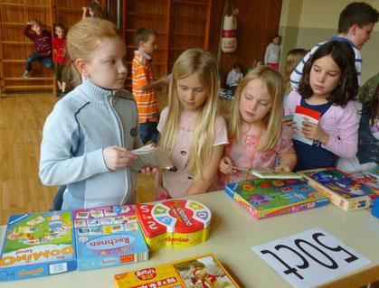 Die Auswahl an Spielsachen, Plüschtieren und Büchern ist groß - die Kinder haben die Qual der Wahl