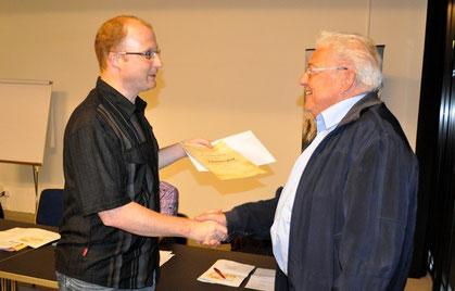 ZVM-Präsident Dominik Buholzer gratuliert Hermann Schlapp zur Ehrenmitgliedschaft. (Bild Josef Ritler)