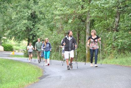 Initiation à la marche nordique au camping de l'Etang de Bazange (Juillet 2014 - Photo F.Place)