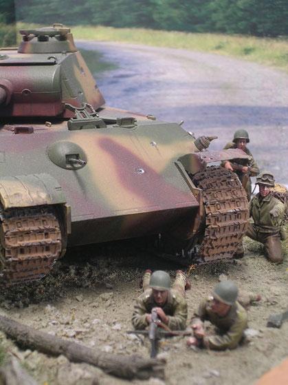 Der Panther bildet eine gute Deckung für die US Infanteristen.