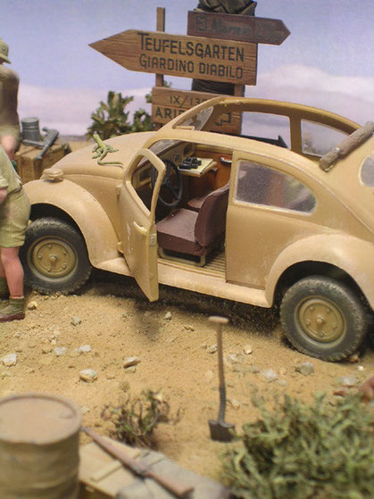 Beachte im Cabrio ausgeklappte Beifahrertisch mit Fernglas
