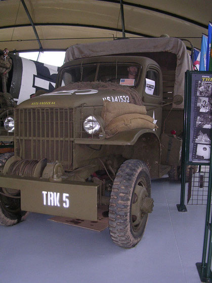 Das US-Arbeitspferd der Invasionstage: der 3-Tonner-GMC, hier im Museum in hervorragendem Zustand. Vollgepackt mit Ausrüstung und Personal(Puppen)