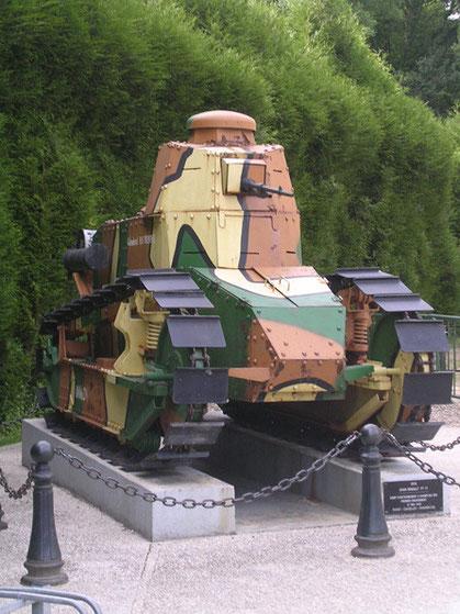 Der französische WW-1-Panzerwagen vor dem Museum, im Museum mit dem Waggon-Fake ist fotografieren verboten!