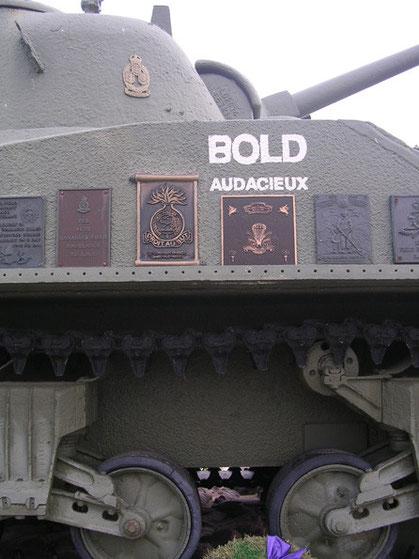 Erinnerungsplaketen der britischen Regimenter am Sherman DD