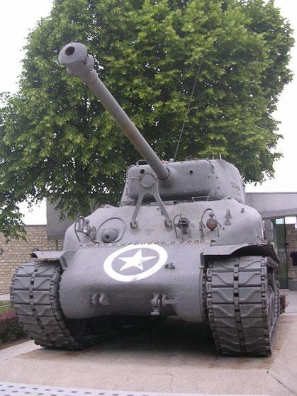Das gleich an der Kirche befindliche Airborne-Museum beherbergt nicht nur Luftlandeausrüstung, sondern auch einige andere Invasionsfahrzeuge wie diesen späten Sherman Firefly, dermit seinem HVSS-Fahrwerk und den späten Ketten(wohl erst später aufgestellt.