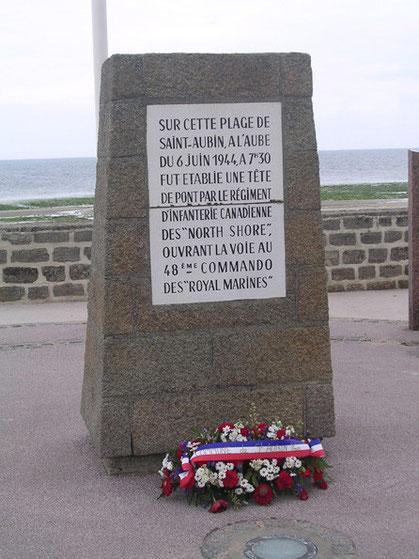 Gedenksteine der 48th Royal Marines Commandos, die gegen 7:30 Uhr hier den Strand betraten.