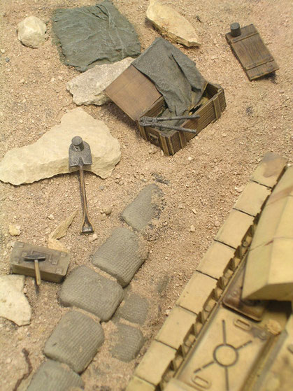 Accessoires der überhasteten Flucht säumen das Umfeld des Panzers