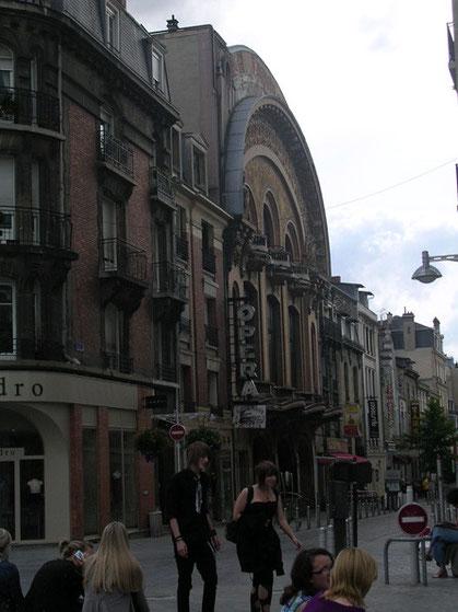 In der Altstadt werden auch alte Gebäude noch aktiv genutzt, hier ist in ein altes Opernhaus ein Technoclub eingezogen.