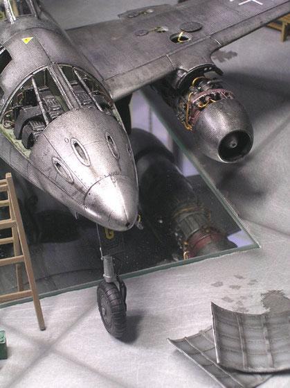 Die im Diorama-Boden versenkte Glasplatte ermöglicht den Blick unter das Modell der ME 262