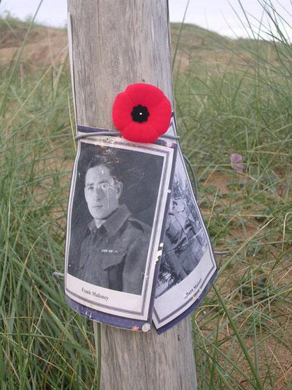 Selbst direkt am Strand das persönliche Gedenken an britische Gefallene.