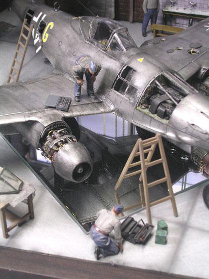 Triebwerksklappen und Waffenschacht geöffnet, dahinter der Zugang zum ersten Rumpftank