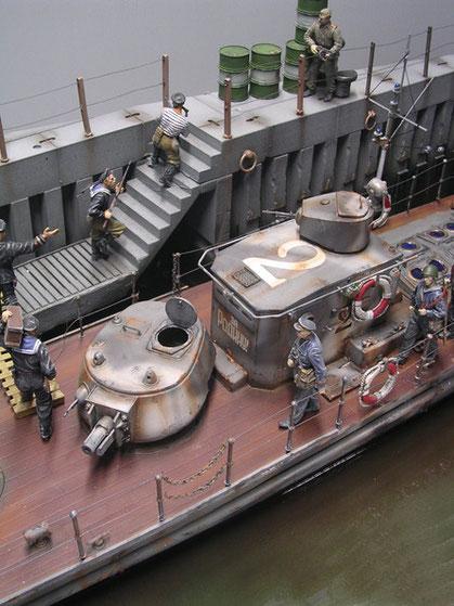 Der alte T28-Turm ist typisch für die Nutzung auf den Booten, Beachte auch die Funk-Rahmenantenne rund um die gepanzerte Steuerkabine.
