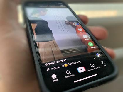 Smartphone iPhone Xs con TikTok