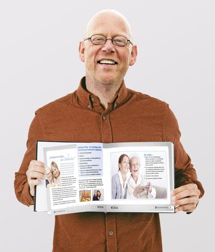 Aufgeschlagene Seiten der Clivia Broschüre.