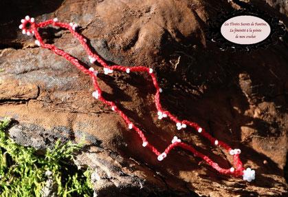 Bracelet de coton rouge crocheté et perles de rocaille blanches, 17,5cm foire aux Fées du Petit Monde 2019