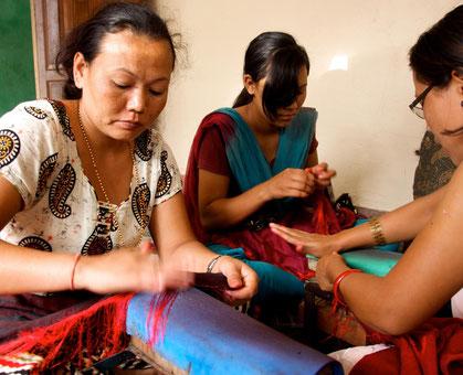 Manufaktur in Nepal: Drillen der Schalfransen eines Kaschmirschals