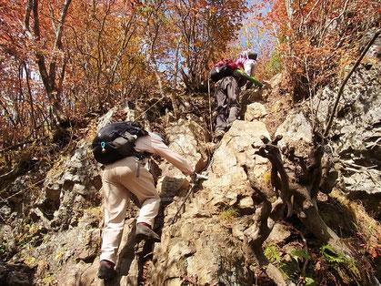 山頂手前の最後の岩場を登りきる