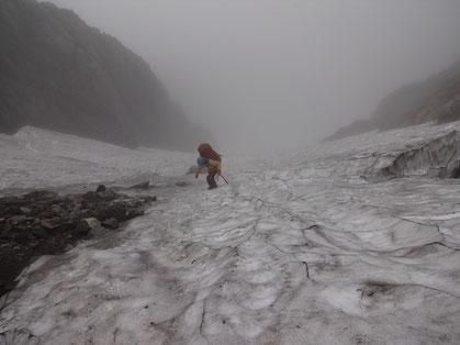 長次郎谷左俣雪渓を登り本峰を目指す