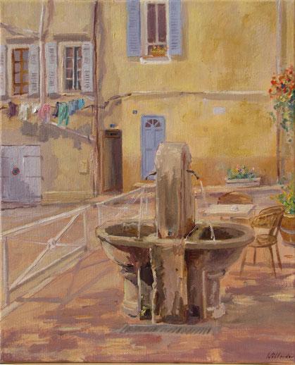 Linge à la fenêtre sur la place en face de l'église avec sa petite fontaine.