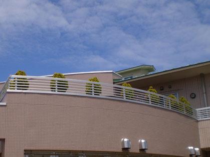 今日の青空と「スカイ・テラス」。暑さも和らぐ憩いの場所。