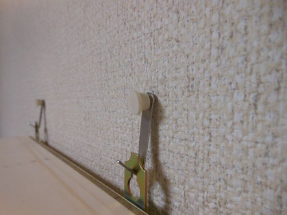 壁の内部よりピンが抜けつつある状態